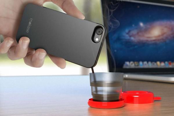 Une coque de portable pour vous servir du café
