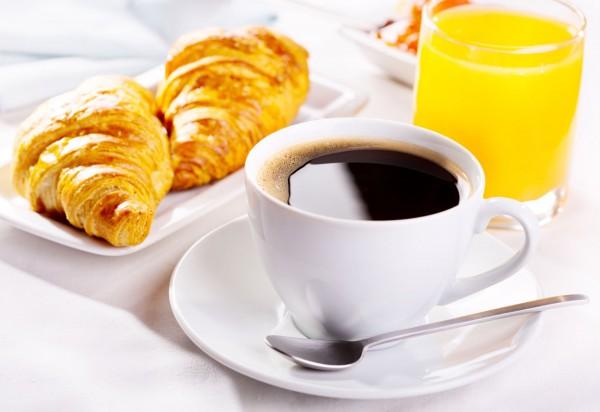 Un café et un jus d'orange pour un petit déjeuner équilibré